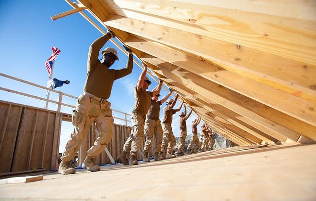 týmová práce na stavbě