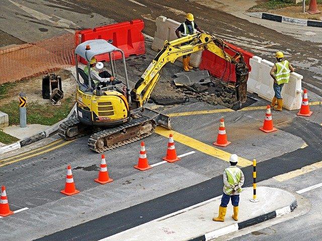 stavební stroj na silnici