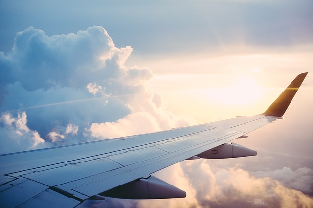 mraky u křídla letadla