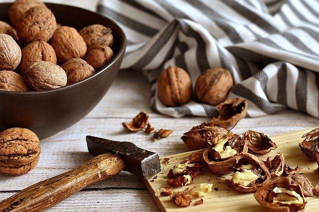 rozbíjení skořápek ořechů kladivem